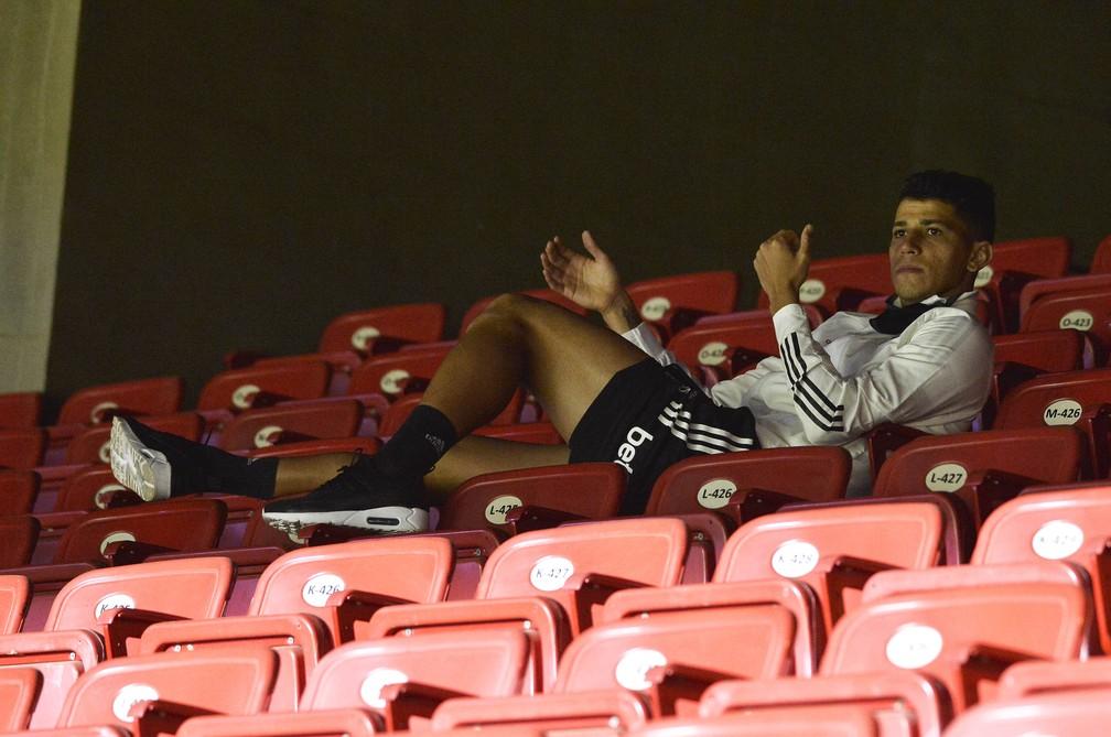 Vitor Bueno desfalcou o São Paulo e viu o jogo contra o Fortaleza das cadeiras do Morumbi — Foto: Marcos Riboli