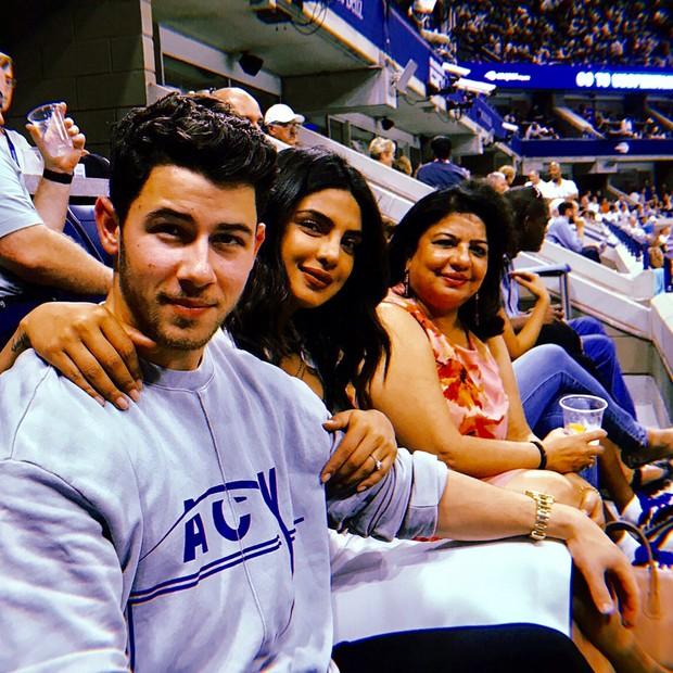 Nick Jonas e Priyanka Chopa (com a mãe, Madhu Chopra, ao lado) (Foto: Reprodução/Instagram)