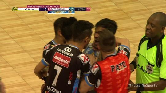 Com gol de goleiro no fim, Pato vence Jaraguá e se aproxima de vaga na final da Liga Futsal