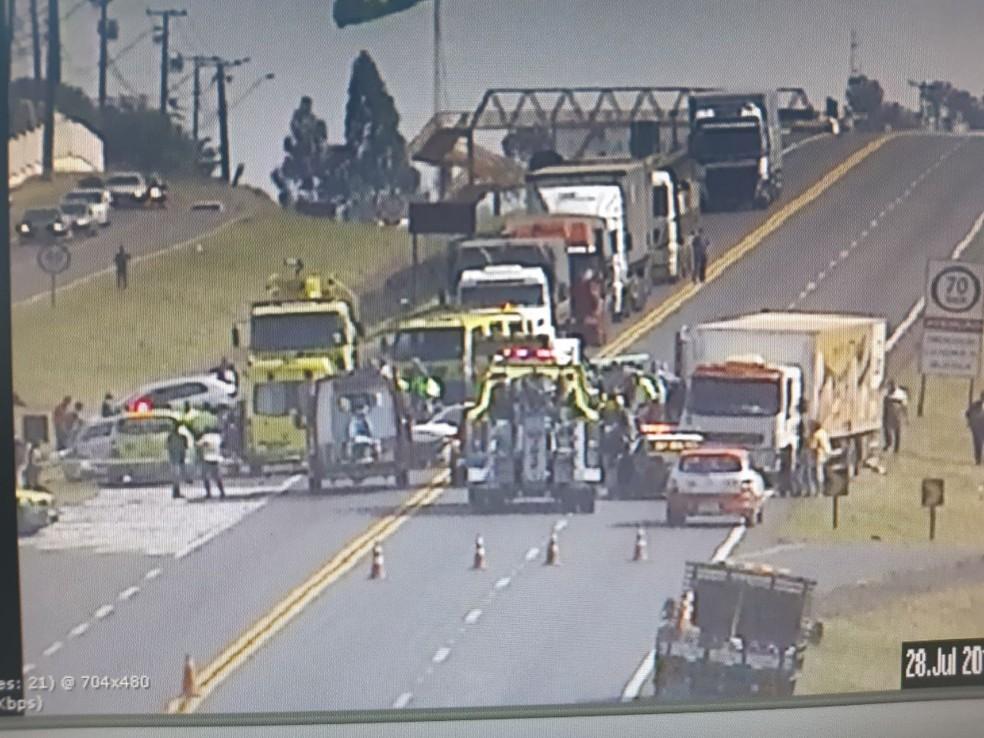 """Segundo a PRF, caminhão atingiu quatro carros e uma moto em um trecho da BR-277 próximo à """"Trincheira do Cowboy"""" — Foto: PRF/Divulgação"""