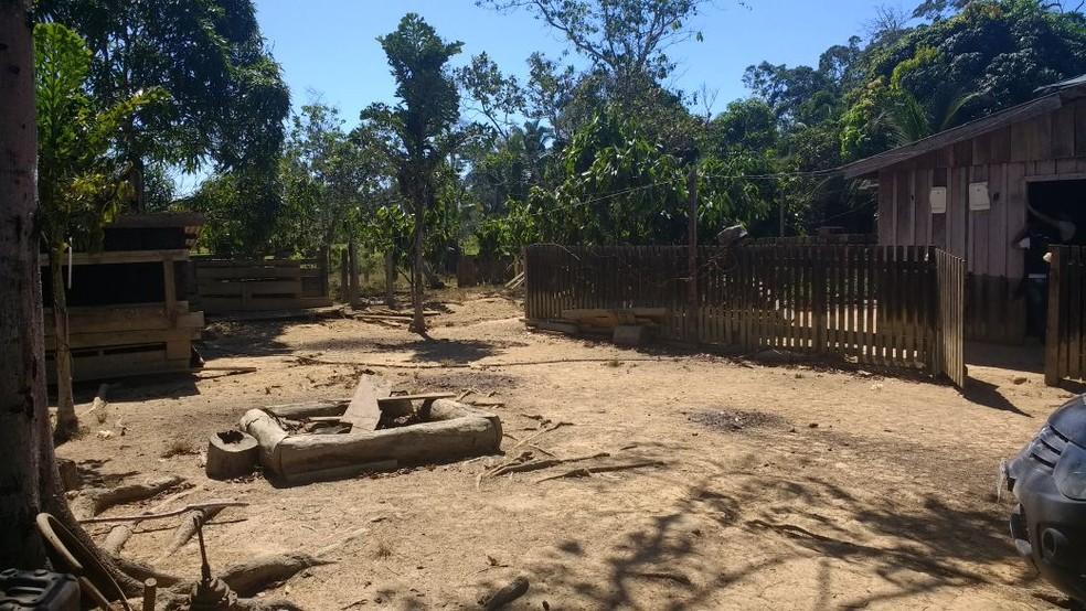 Deficiente vivia em situação análoga à escravidão perto de chiqueiro em fazenda e foi resgatado (Foto: Polícia Civil de MT)