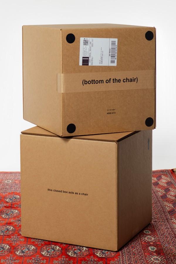 Designers criam cadeira a partir de caixa de papelão resistente a peso e à água (Foto: Divulgação)