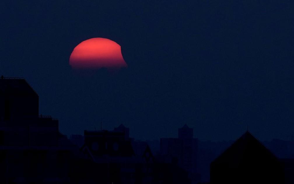 -  Eclipse parcial do sol visto de Xangai, na China, no sábado  11   Foto: Reuters/Aly Song