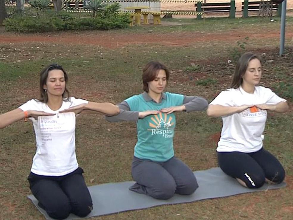 """Participantes do evento """"Respira Brasil"""" praticam técnicas de respiração em Brasília — Foto: TV Globo/ Reprodução"""