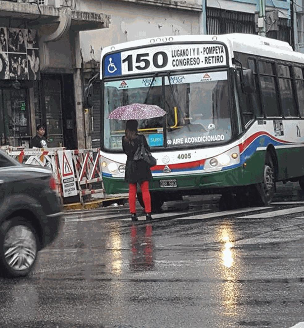 -  Motorista se nega a abrir porta, e mulher fica 10min parada em frente a ônibus na Argentina  Foto: Claudio Sabedios/Facebook
