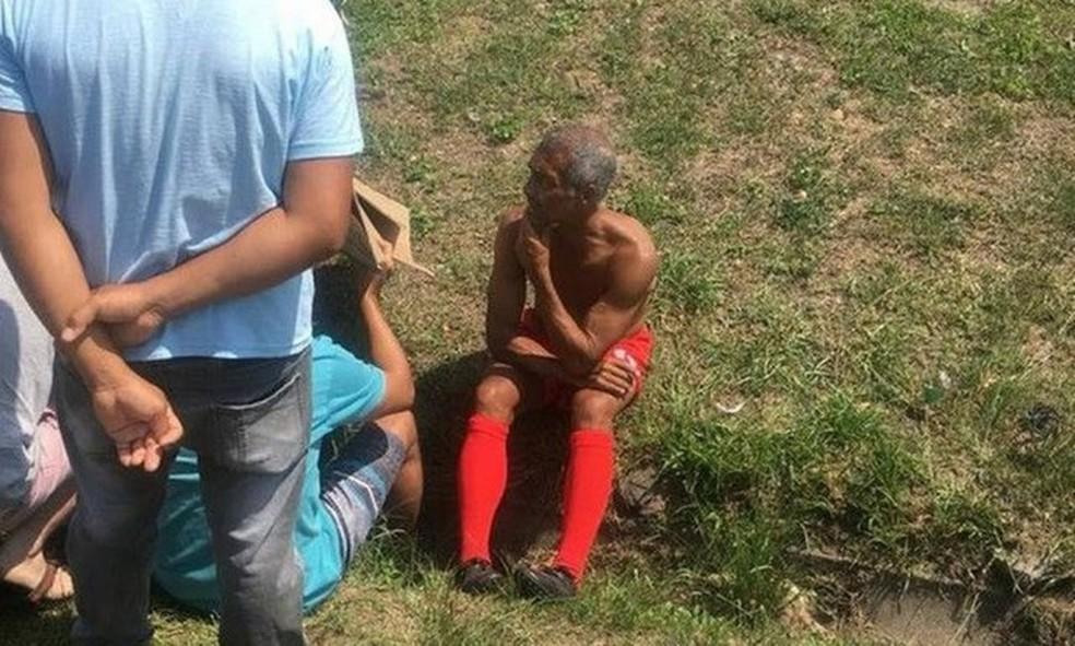 Romário aguarda em acostamento na Barra após acidente — Foto: Reprodução/Twitter