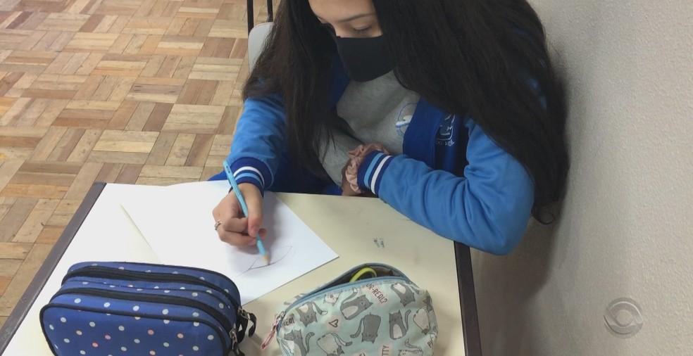 Aluna usa máscara em escola pública de Bento Gonçalves (RS) — Foto: Reprodução/RBS TV