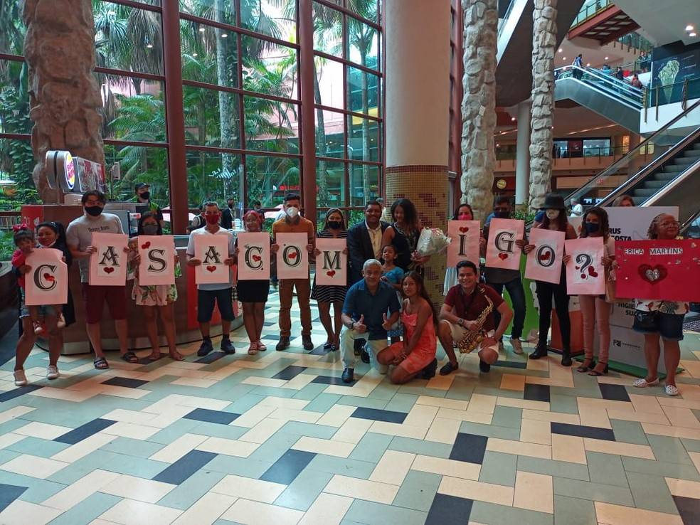 Familiares e amigos do casal participaram do pedido de casamento com cartazes. — Foto: Arquivo Pessoal