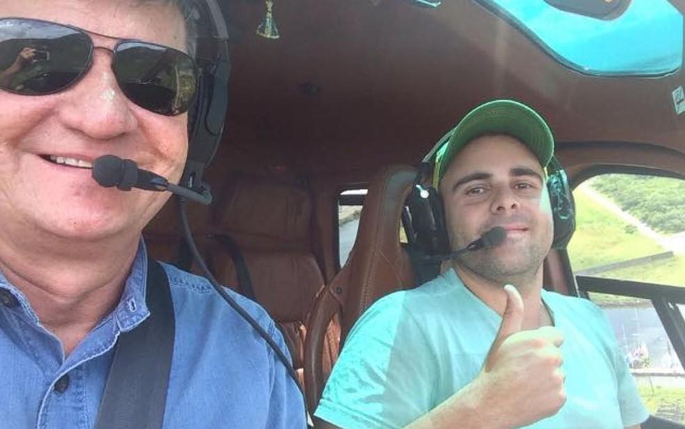 Piloto Felipe Ramos ao lado do coronel em helicóptero (Foto: Redes sociais)