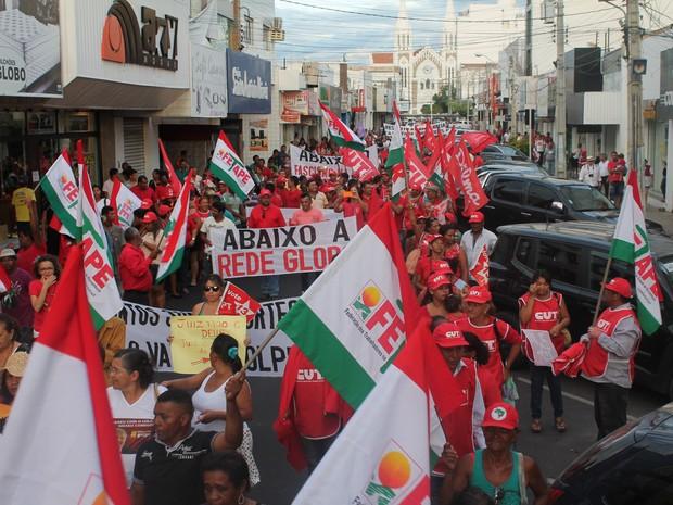 Manifestantes tomam a Avenida Souza Filho em Petrolina, PE (Foto: Juliane Peixinho / G1)