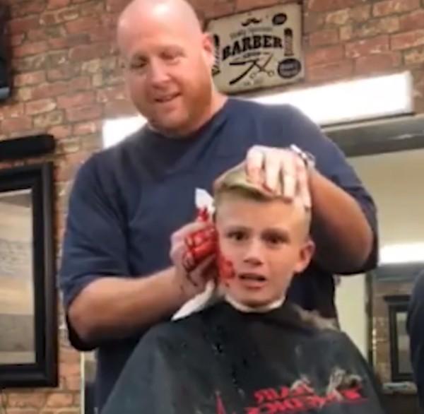 Barbeiro fingiu que cortou a orelha de garoto de 10 anos (Foto: Reprodução Youtube)