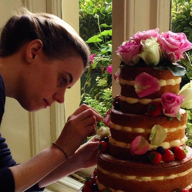 Sophie Cabot, responsável pelo bolo do casamento real da Princesa Eugenie (Foto: Reprodução/Instagram)
