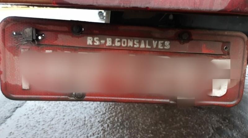 Placa com erro de grafia denuncia adulterações em caminhão na BR-470, em Bento Gonçalves