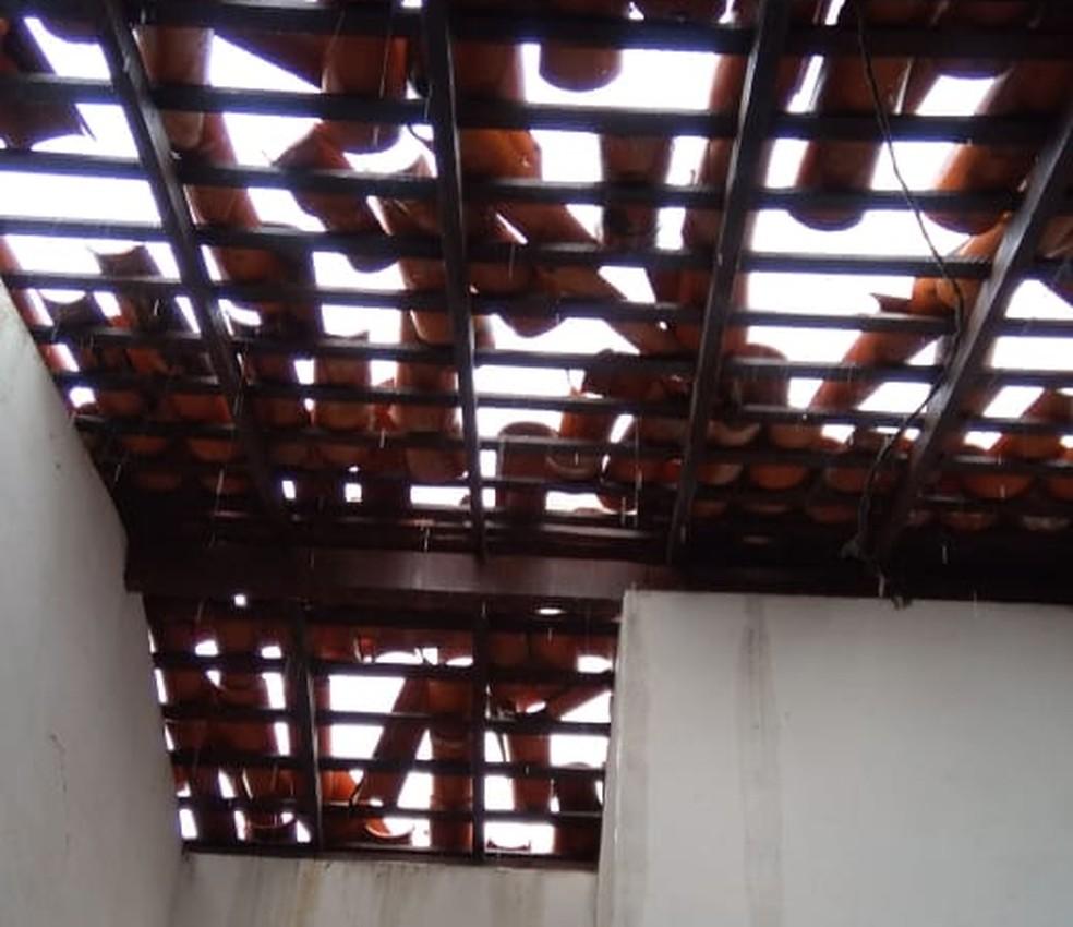 Casa destelhada na Cidade Operária durante o temporal nesta segunda (13) — Foto: Redes Sociais