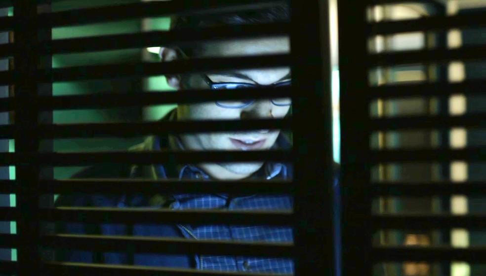 Zé Hélio (Bruno Bevan) instala programa espião no celular de Fabiana (Nathalia Dill), em 'A Dona do Pedaço' — Foto: Globo