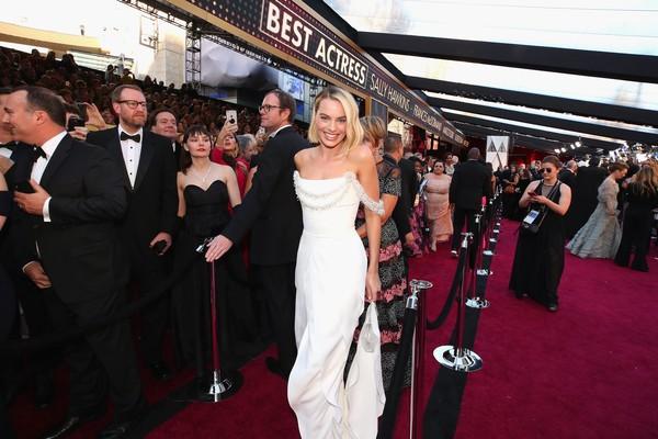 A atriz Margot Robbie no tapete vermelho (Foto: Getty Images)