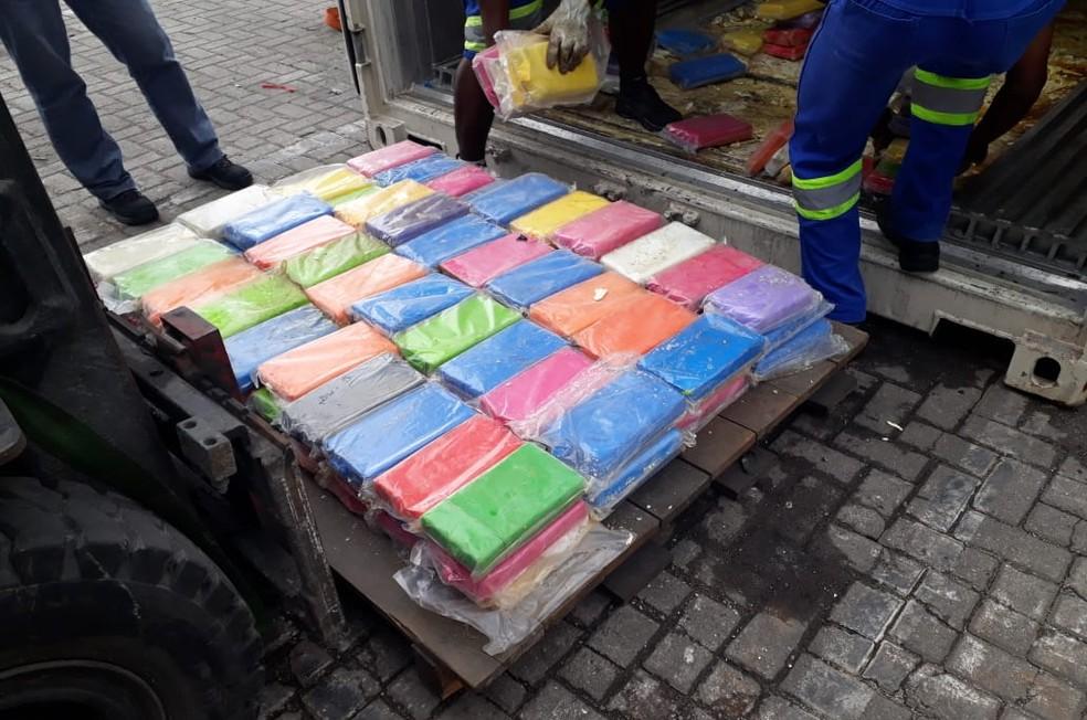 Tabletes de cocaína estavam escondidos em contêiner no Porto de Santos, SP — Foto: Divulgação/Receita Federal