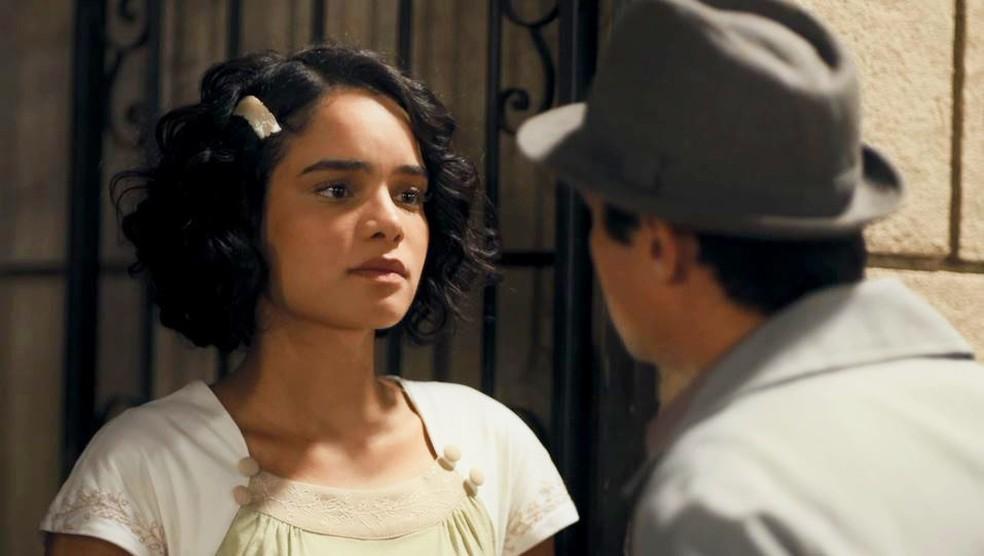 Inês (Carol Macedo) ofende Carlos (Danilo Mesquita) em 'Éramos Seis' — Foto: Globo