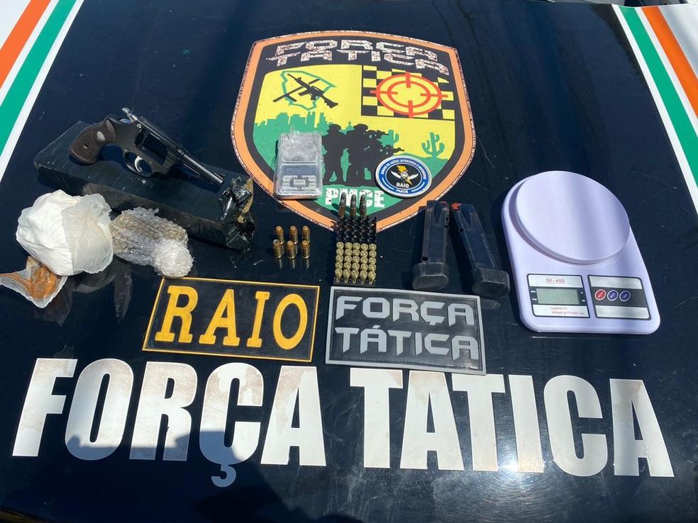 Material encontrado na casa do suspeito foi levado para a Delegacia Metropolitana de Caucaia — Foto: Polícia Militar