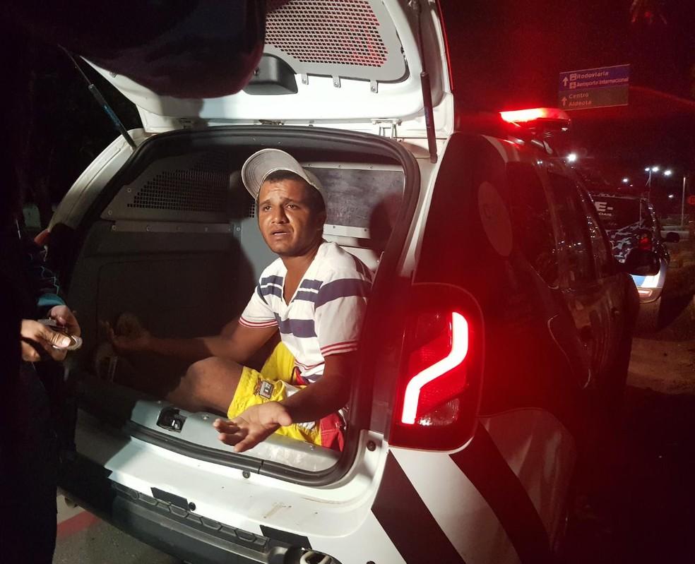 Homem estava no local acompanhando o trabalho da polícia quando foi preso em flagrante. — Foto: Rafaela Duarte/ Sistema Verdes Mares