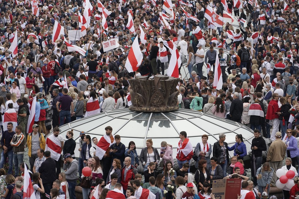 Opositores de Lukashenko protestam com antigas bandeiras de Belarus na Praça da Independência, em Minsk, neste domingo
