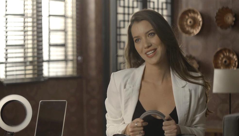 Em 'A Dona do Pedaço', Fabiana (Nathalia Dill) faz exigências a Britney (Glamour Garcia) — Foto: TV Globo