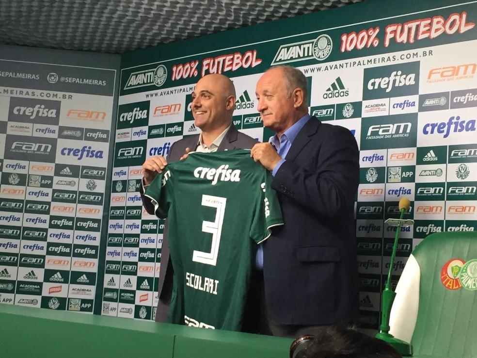 Felipão recebeu uma camisa 3, referente a sua terceira passagem pelo clube, das mãos do presidente Mauricio Galiotte (Foto: Felipe Zito)