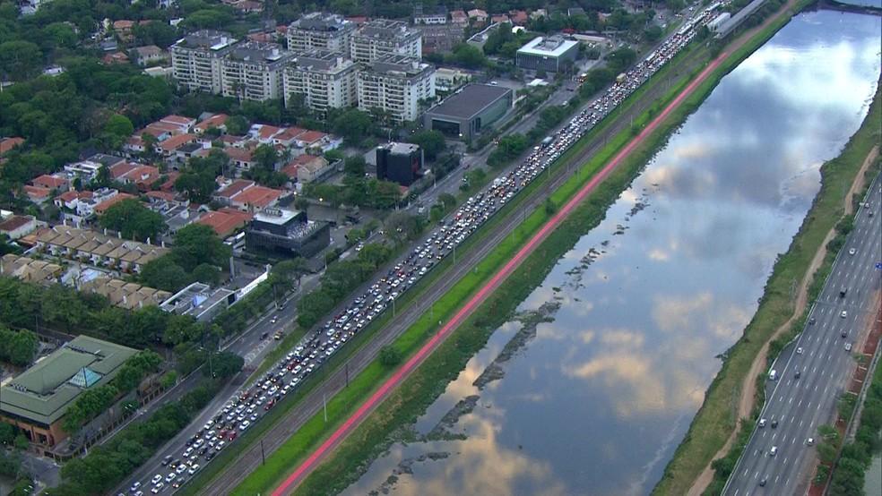 Congestionamento formado na Marginal Pinheiros, no sentido Castello Branco, após problema na pista — Foto: Reprodução/TV Globo