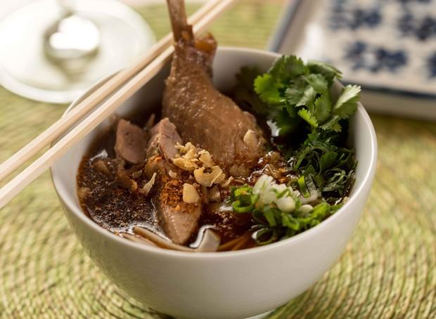 Kuai Tiau Ped, o consomê de patos com noodles de arroz, do Obá Mamuang Thai House (Foto: Henrique Peron/Divulgação)