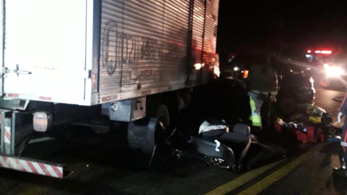 Acidente entre carro e caminhão em rodovia de SP deixa uma pessoa morta