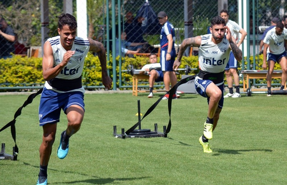 Diego participa de treino no São Paulo, ao lado de Liziero — Foto: Érico Leonan/saopaulofc.net
