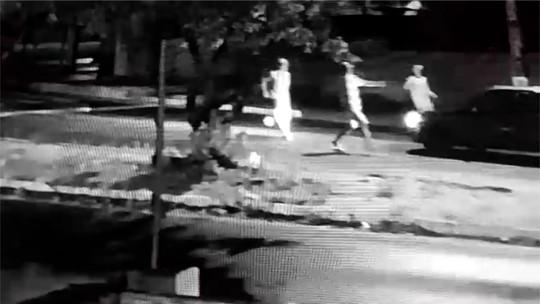 Câmera flagra momento em que bandidos invadem avenida e roubam carro na Zona Sul de Natal; veja vídeo