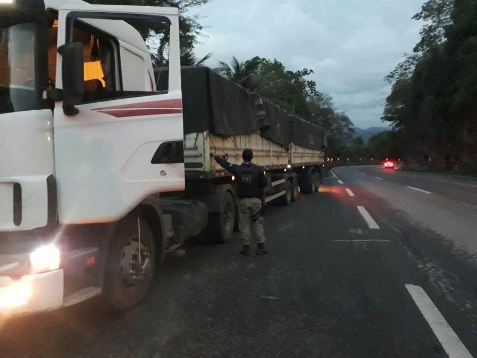 Segundo a PRF, a droga estava junto a uma carga de milho (Foto: Divulgação/PRF)