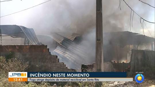 Incêndio atinge depósito de material reciclável, em Santa Rita, PB