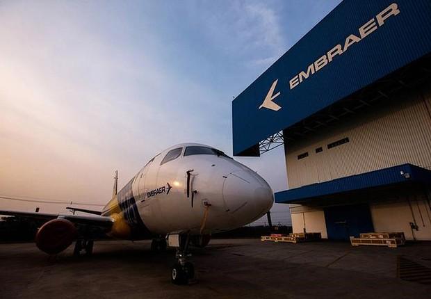 Logo da Embraer em fábrica em São José dos Campos (Foto: Roosevelt Cassio/Reuters)