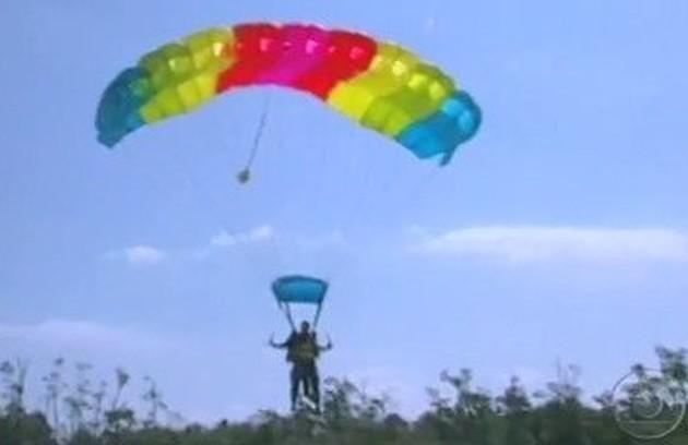Em 'No limite' 3, os participantes chegaram à praia de paraquedas (Foto: Reprodução)