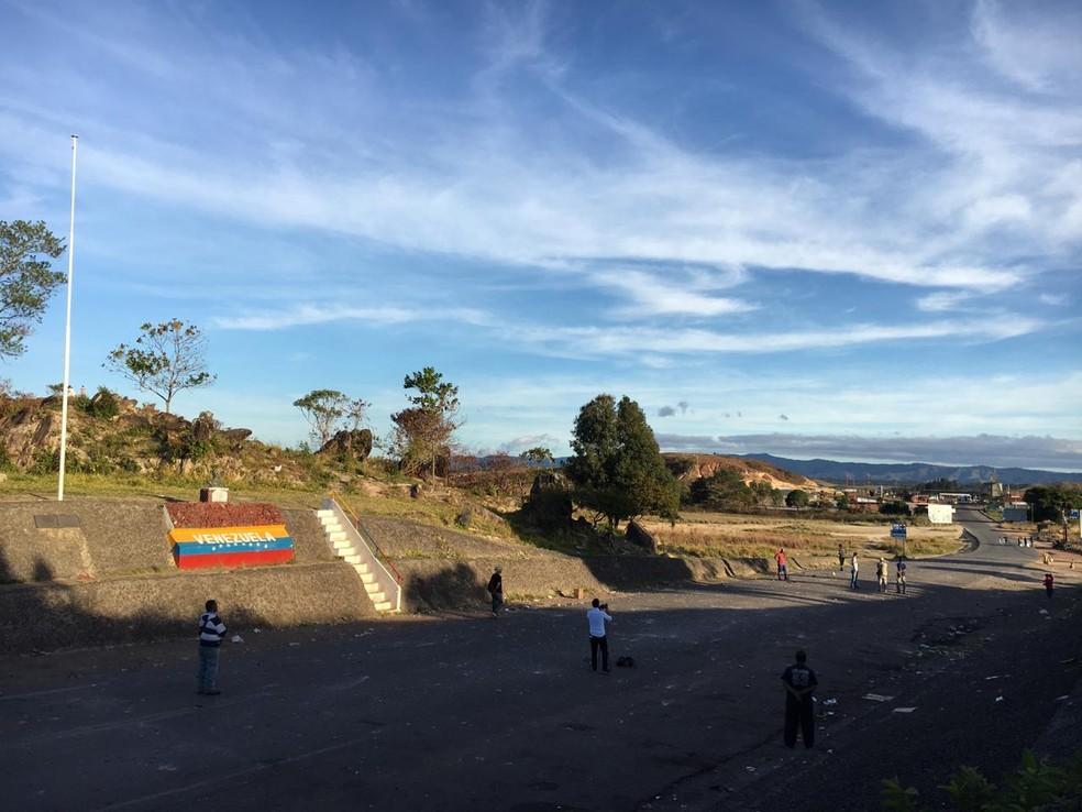 Movimentação na fronteira entre Brasil e Venezuela é tranquila na manhã deste domingo, após confronto no sábado — Foto: Emily Costa/G1