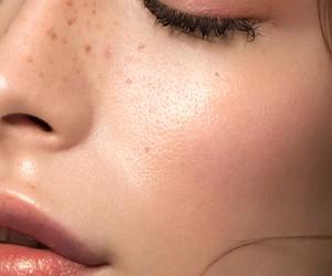 Passar um pouco de óleo facial na pele hidrata e dá um efeito glow natural