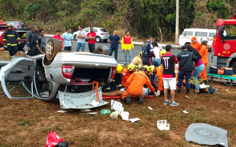 Carro capota em via do Lago Sul, no DF (Foto: Corpo de Bombeiros do DF/Divulgação)