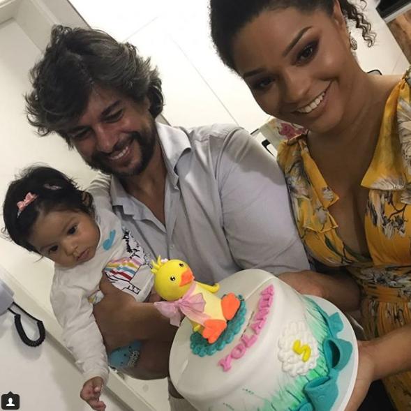Juliana com o marido e a filha, Yolanda (Foto: Reprodução Instagram)