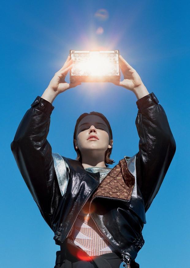 Alice Wegmann usa jaqueta de couro, R$ 39 mil, e tricô, R$ 6.750. Bolsa Petite Malle de couro e metal, R$ 22.900 Todas as peças são da coleção cruise 2019 da Louis Vuitton (Foto: Gleeson Paulino)