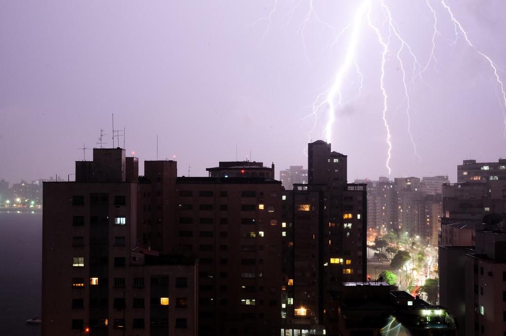 Fotógrafa de Santos registra raio caindo em cima de prédio durante tempestade — Foto: Manuela Ullup/Arquivo Pessoal