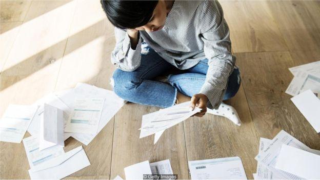Em vários países, trabalhadores mais jovens estão assumindo mais dívidas estudantis do que as gerações anteriores (Foto: Getty Images via BBC News Brasil)