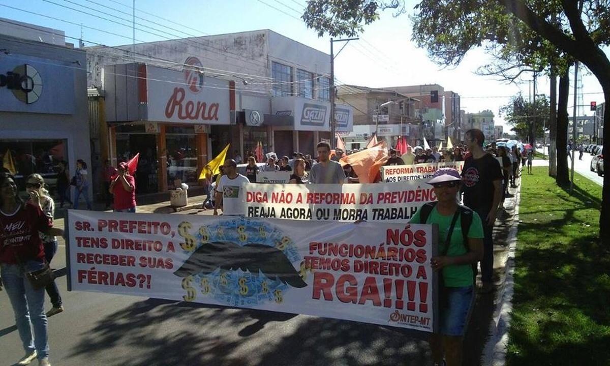Professores entram em greve para cobrar reposição salarial aguardada desde maio em Tangará da Serra (MT)
