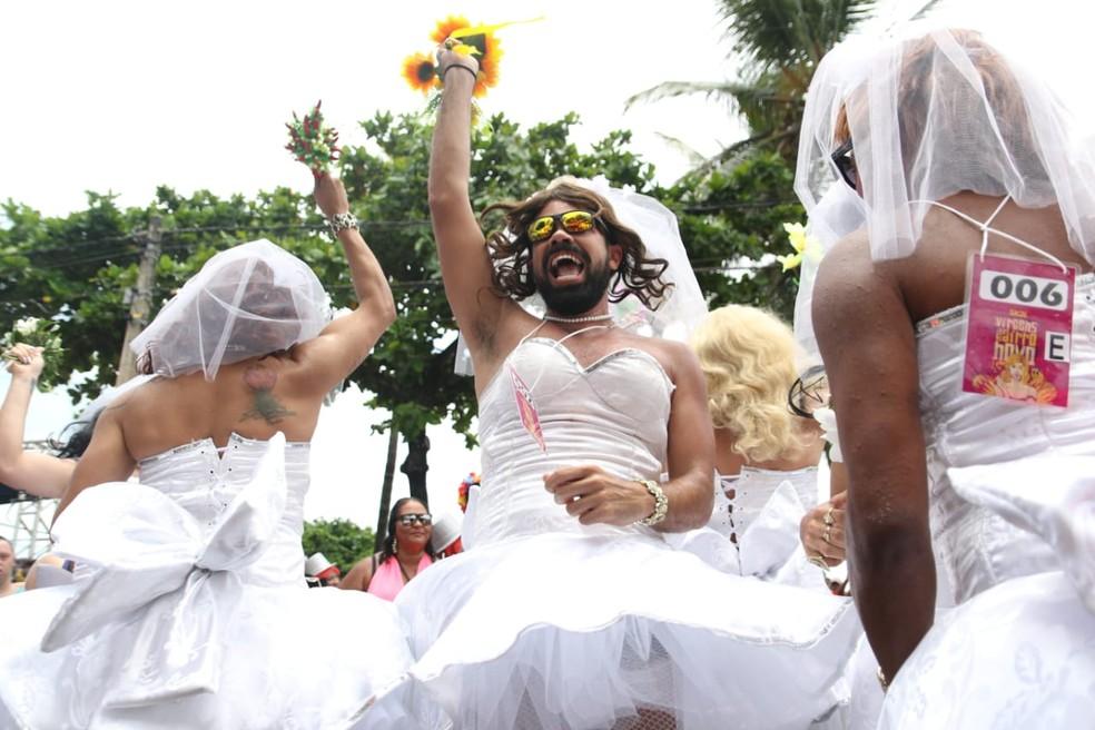 Amigos se vestem de noiva para concurso do bloco Virgens do Bairro Novo, neste domingo (24), em Olinda — Foto: Aldo Carneiro/Pernambuco Press