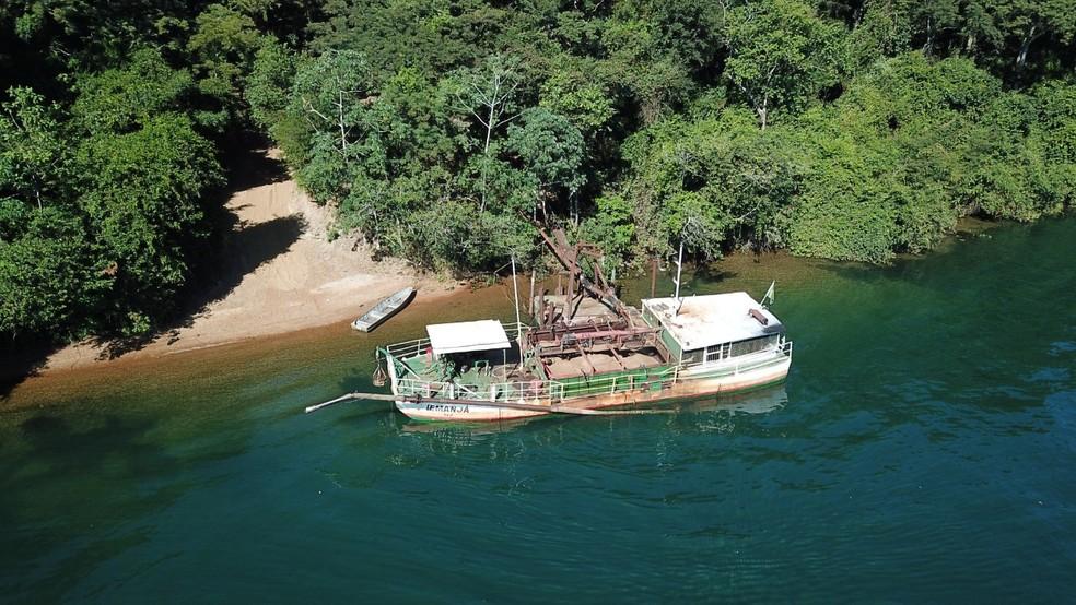 Barco estava parado às marges do Rio Tietê em Castilho — Foto: Polícia Federal/Divulgação