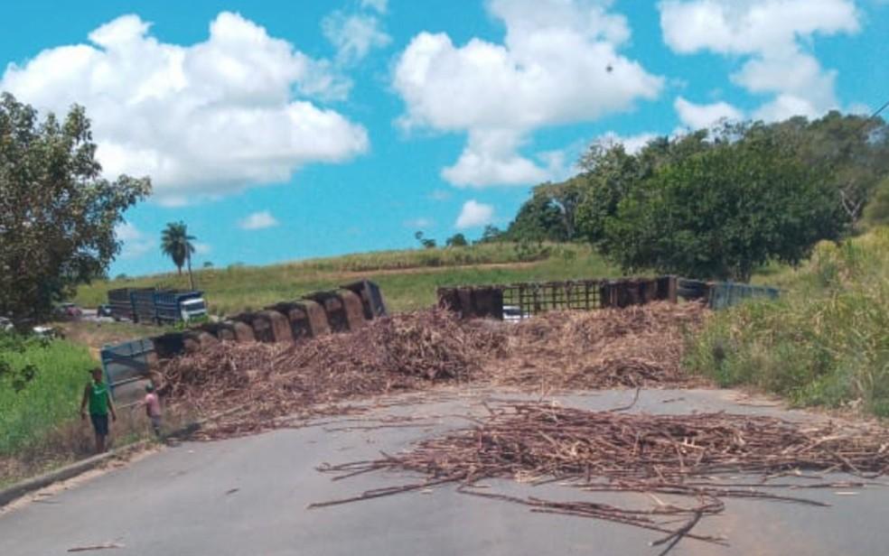 Caminhão tomba na PE-62, na entrada do Engenho Mussumbú, em Goiana, no domingo (6) — Foto: Reprodução/WhatsApp