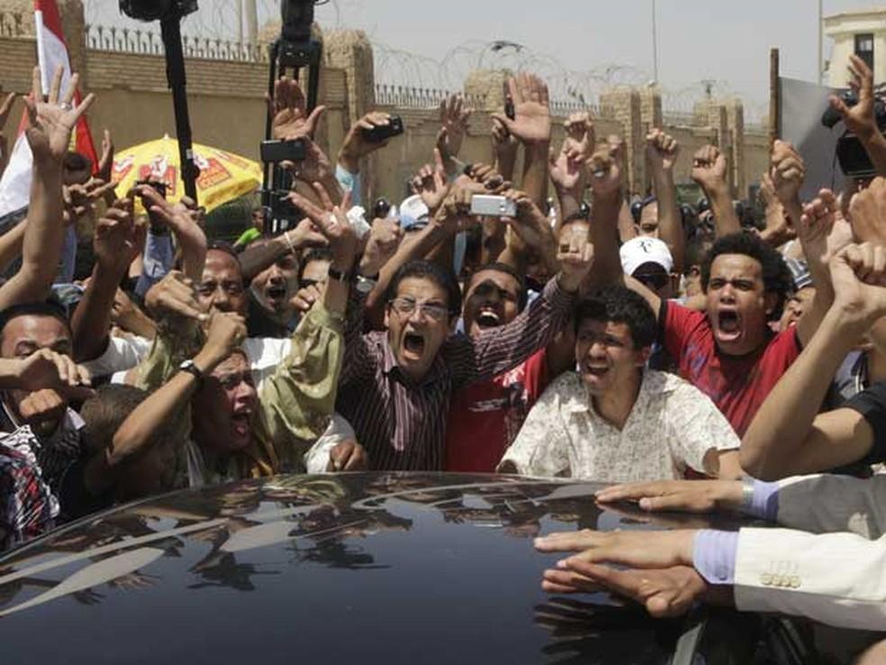 Egípcios comemoram a sentença de prisão perpétua para o ex-presidente do país, Hosni Mubarak. — Foto: Amr Nabil / AP Photo