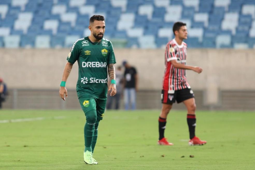 Clayson teve atuação apagada contra o São Paulo — Foto: AssCom Dourado
