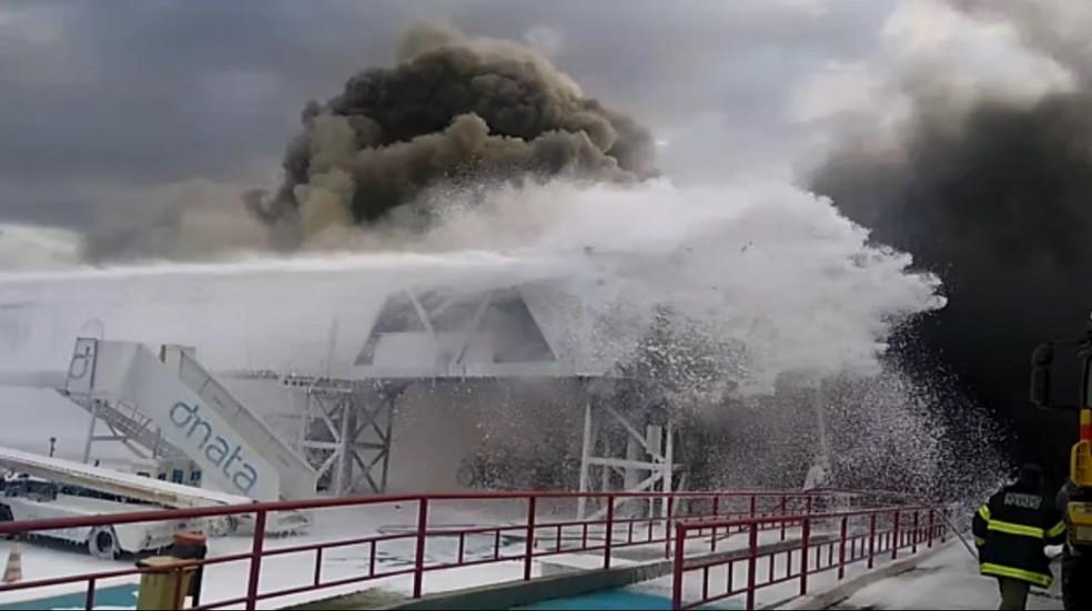 Bombeiros tentam controlar incêndio em ponte de embarque do aeroporto de São Luís (MA) — Foto: Reprodução/Redes sociais